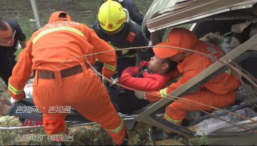 【视频】高速公路面包车撞树 消防迅速救援