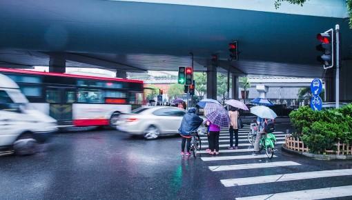 危险!有人被电死!雨天要避开这些常见物,很多人不知道