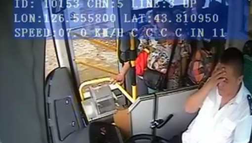 暖心!公交司机驾驶途中昏厥 晕倒前他做了这件事……