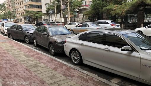"""四车被撞""""连体"""" 肇事铲车逃逸"""