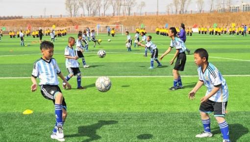 今年将实施学校体育教学综合改革 实现学习踢球两不误