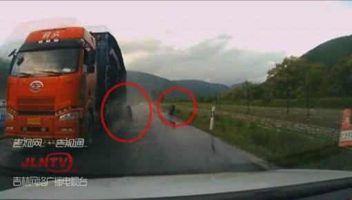 """【视频】货车飞出俩""""车轮"""" 对向轿车不幸被砸"""