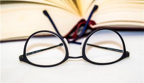 近视不只是表象 学生眼镜片折射出过重课业负担