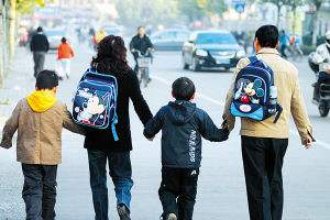 """致家长:不要让您的爱成为牵绊孩子独立的枷锁 给孩子一双""""能走路的脚"""""""