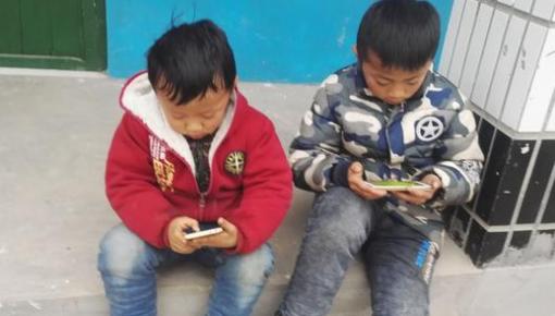 """勿让手机成为乡村孩子的""""玩伴"""" 孩子和家长打响手机""""争夺战"""""""