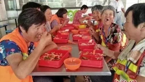 暖!这里上千环卫工的每日午餐是城管请的