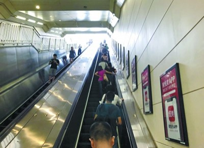 扶梯靠右站的习惯对吗?看看专家怎么说