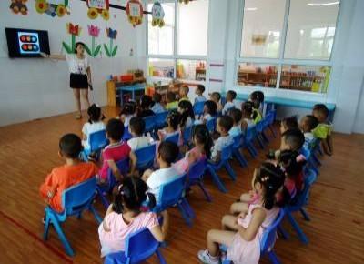 负担重!部分幼儿园学习内容达2年级水平!如何给孩子营造一个快乐的童年?