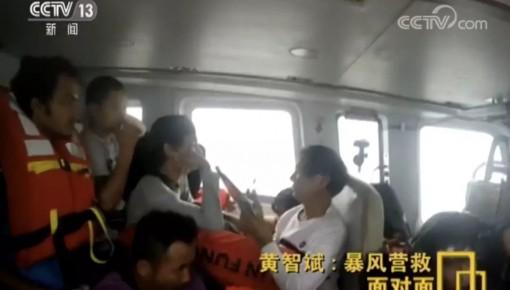 极限救援!台风中他们倒飞直升机救被困人员 大片都不敢这么拍