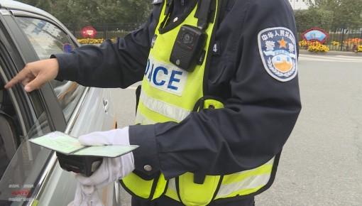 执法现场 男子使用伪造驾照开车被拘20天