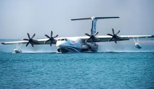 """""""鲲龙""""AG600完成水上首飞任务返回珠海"""
