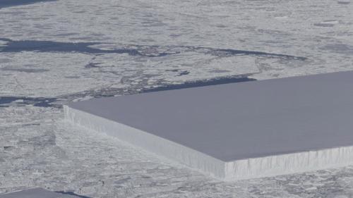 南极现奇特冰山,外型异常平整似完美切割