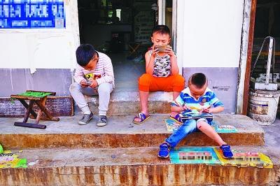 陪伴农村孩子的不该只剩手机