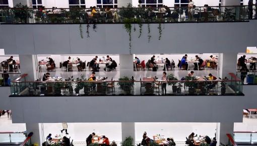 考研倒計時!高校圖書館一座難求,學生走廊上席地而坐