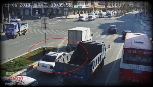 监控视频丨套牌车逃避检查 拖拽交警300米