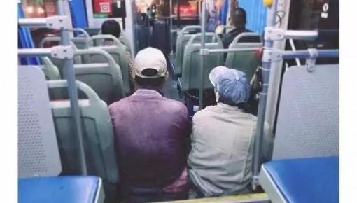 怕弄脏座位,两位粉刷工席地而坐…司机为他们做了一件事
