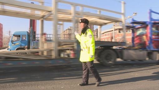 载三十吨货物的大货车起火 交警、消防及时处置