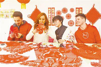 """""""欢乐春节""""吹来中国风 外国民众感受中国年"""
