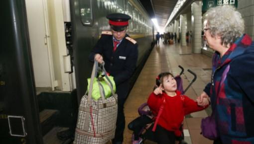 """""""反向春运""""火了!老人乘火车飞机,这些要提前准备"""