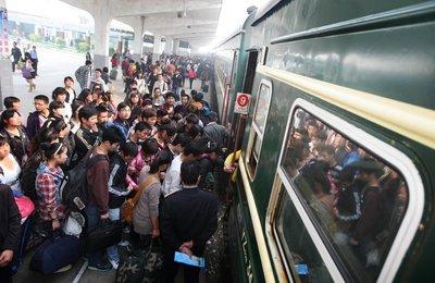 全国铁路迎来返程客流高峰 预计发送旅客1252万人次