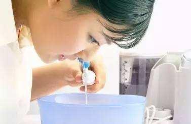 6岁以下儿童慎用捏挤式洗鼻器!使用不当或洗出中耳炎