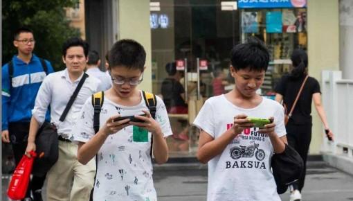 专家建议:立法禁止16岁以下中小学生使用智能手机