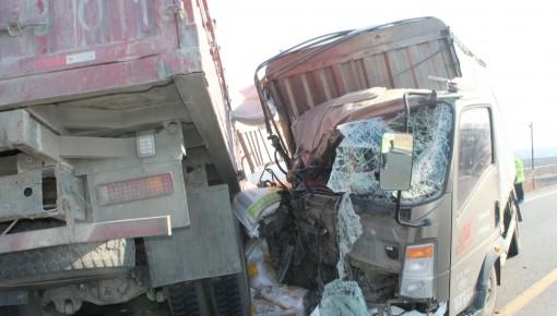 视频丨两货车相撞伤者垂危 多部门紧急救援