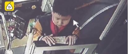 男孩坐公交误投20元饭钱急哭,结局没想到……