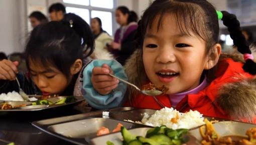 三部委发文:中小学幼儿园负责人应与学生同进餐 4月1日开始执行