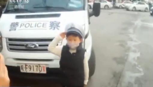 """6岁小""""交警""""上岗 背后故事令人暖心!"""