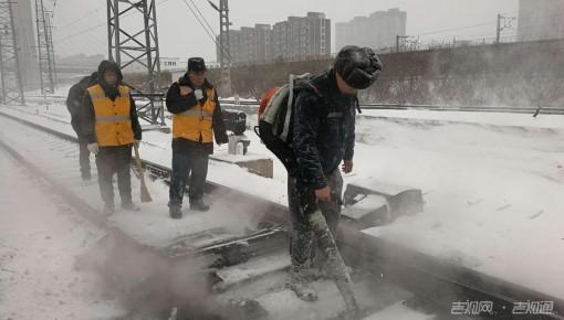 长春站400余人进行清雪工作 确保列车正常运行