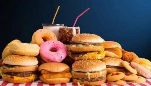 """压力大时特别想吃垃圾食品放纵一下?这可能是一种""""双重灾难"""""""