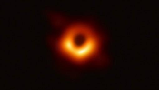 """为什么黑洞照片拍""""糊""""了?诺奖大咖给出独家解析"""