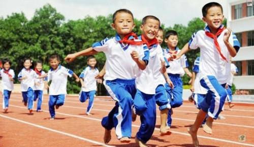 长春市教育局:学校不得强制学生购买校服 采取自愿原则