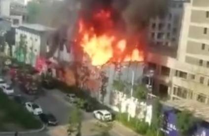 網友爆料丨長春北湖吾悅廣場四期工棚突燃大火