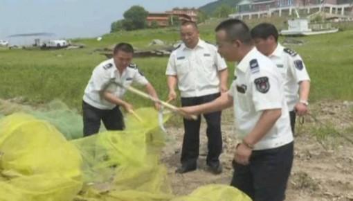 松花湖集中销毁非法捕捞渔具