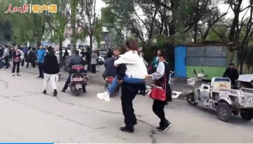 高考暖心一幕:女生腿部不便,交警背起直奔考场