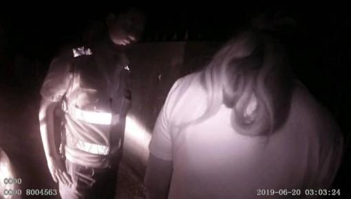 女子深夜穿睡衣雨中独行 好在遇到农安细心民警