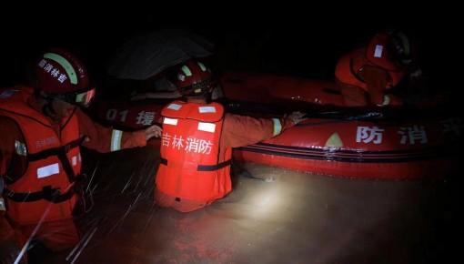 四平:暴雨夜 消防转移被困人员63人