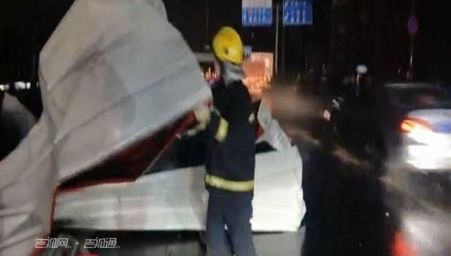 长春昨夜狂风掀起屋顶彩钢板 消防冒雨排险
