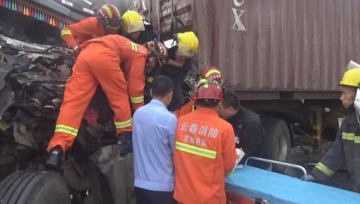 两挂车相撞司机被卡 消防徒手展开救援