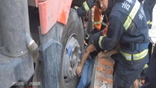 驚險!貨車溜車一人被夾墻縫 消防緊急救人