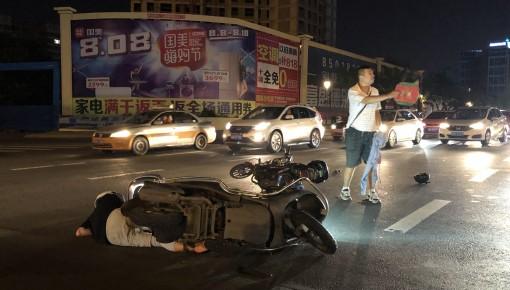 新闻现场丨深夜路口抢行 两辆摩托车猛烈相撞