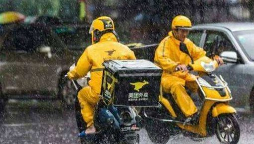 外卖员送餐身亡引争议!台风天,该不该点外卖?