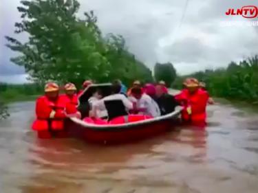 四平市:村落被淹水深达一米 消防紧急救援