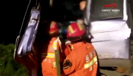 四平市:夜间疲劳驾驶追尾前车 货车司机被困