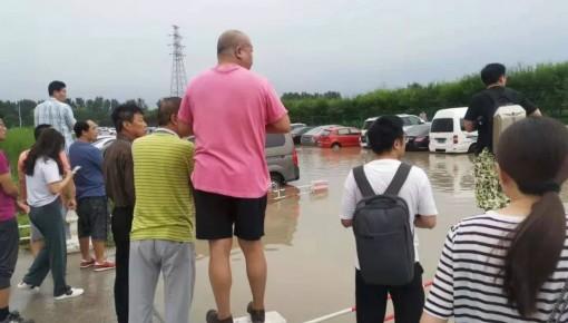 北京暴雨登上热搜,这一幕却格外感人