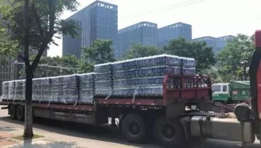 货车满载可乐散落一地众人蜂拥而上 结局令人暖心