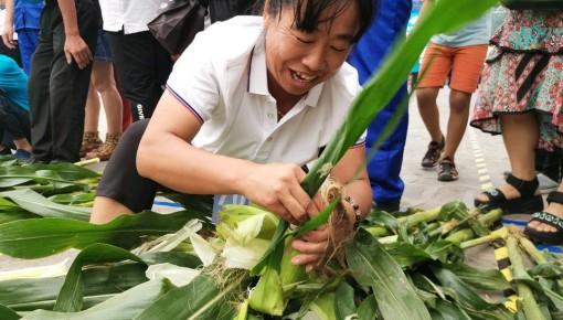 抓泥鳅、扒苞米……建国村一场欢乐的农民运动会