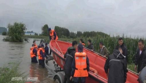 长春:暴雨致老人被困二层楼上 消防驾驶冲锋舟逆水救援